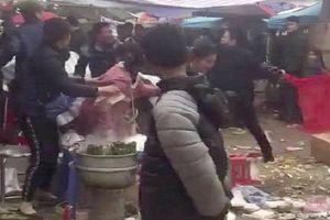 Nam thanh niên bị nhóm người cầm hung khí đánh gục trước cửa chùa