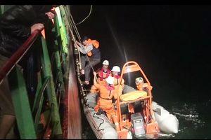 Tàu hàng chìm trên biển, tám thuyền viên xuống phao cứu sinh, trôi dạt trên biển
