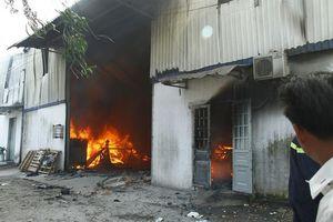 Bình Dương: Cháy lớn tại công ty gỗ mỹ nghệ, người dân bỏ chạy lánh nạn
