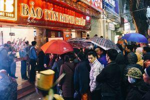 Mua vàng lấy vía Thần Tài: Càng trưa, lượng khách kéo đến ngày càng đông
