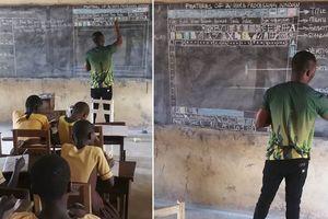 Trường nghèo không có máy tính, thầy giáo vẽ cả màn hình MS Word lên bảng phấn