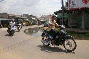 Tây Ninh người dân đang phải sống cùng ô nhiễm từ mương thoát nước bị nghẽn, nước thải tràn lên đường