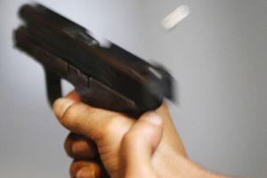 Mâu thuẫn cá cược tại sòng bầu cua, chồng 'vác súng' đi trả thù cho vợ