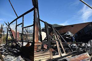 Lửa thiêu rụi xưởng mộc, cháy lan 2 căn nhà