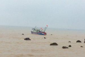 Nghệ An: Tàu cá va vào đá ngầm bị chìm