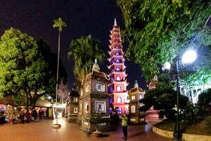 Đầu xuân vãng cảnh chùa đêm ở Hà Nội