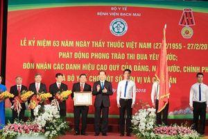 Chủ tịch nước thăm Bệnh viện Bạch Mai và chúc mừng các y bác sỹ nhân ngày 27/2
