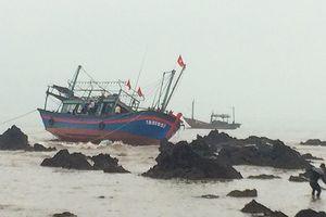 Tàu cá va vào đá ngầm vỡ toác, 2 ngư dân được cứu sống