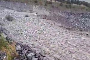 Kinh ngạc dòng sông đá chảy xối xả, xuất hiện sau trận lốc xoáy