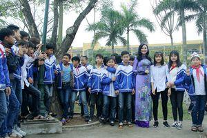 Hoa Hậu vì Cộng Đồng Trần Huyền Nhung tới thăm và tặng quà cho học sinh nghèo trường THCS Phạm Đôn Lễ