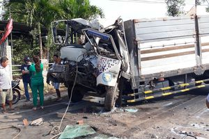 Xe tải đâm thẳng vào đuôi xe ben, thi thể tài xế mắc kẹt trong ca bin