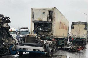 Xe container 'bay đầu' sau cú đấu đầu kinh hoàng với xe tải