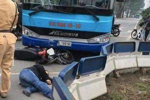Xe máy đối đầu xe buýt cực mạnh trên đường Yên Phụ