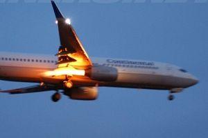 Máy bay Mỹ chở hơn 100 người nổ động cơ, bốc cháy dữ dội trên không