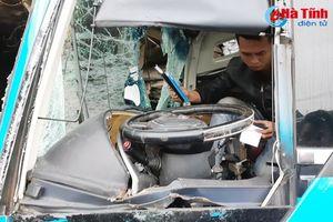 Xe khách bị container đâm ngang, phụ xe tử vong tại chỗ