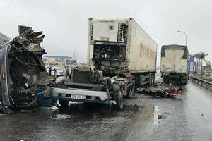 Cabin container rơi xuống đường sau cú đâm vào ô tô tải