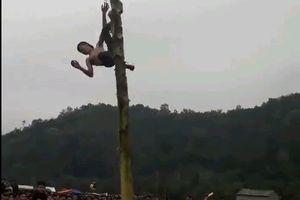 Clip nam thanh niên ngã từ ngọn cây chuối khi tham gia hội làng