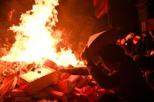Đốt 100 kg vàng mã để châm lửa lấy đỏ