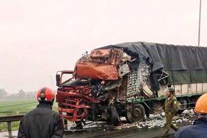 Xe tải biến dạng, ôtô đầu kéo gãy cabin sau cú tông trực diện