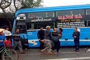 Container tông xe khách, người dân dùng xà beng giải cứu nạn nhân