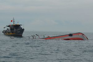 Chìm tàu, 2 mẹ con tử vong trên biển