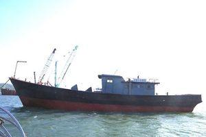 Phát hiện tàu có chữ nước ngoài không người trôi dạt trên biển