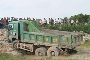 Tàu hỏa tông xe tải văng xuống ruộng, một người tử vong