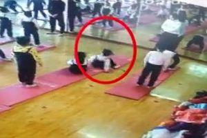 Bé gái 4 tuổi nguy cơ liệt nửa người vì ngã khi tập Yoga
