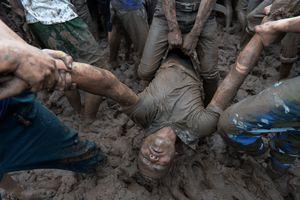 Hỗn chiến trên bùn lầy tại lễ hội cướp phết