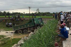 Tàu lửa hất tung xe tải chở đá, tài xế thiệt mạng