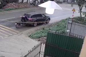 Ô tô dừng đột ngột, chủ xe máy lao đầu vỡ cửa kính