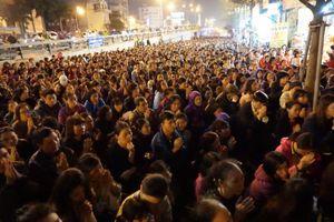 Biển người ngồi tràn đường dự đại lễ cầu an chùa Phúc Khánh