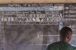 Thầy giáo dạy tin học bằng bảng phấn gây 'sốt'