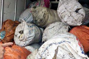 Công an Hà Tĩnh thu giữ xe ô tô vận chuyển 975 kg mỡ bẩn đi tiêu thụ