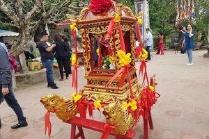 Xử lý nghiêm cán bộ công chức ném tiền lên kiệu tại Lễ Khai Ấn