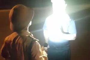 Tạm đình chỉ công tác trung tá CSGT 'rọi đèn, chỉ mặt tài xế'