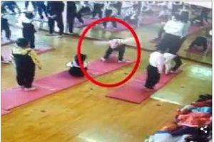 Cô bé bị liệt nửa thân dưới vì tập yoga không đúng cách