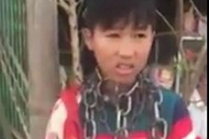 Xôn xao hình ảnh bé trai bị người nhà quấn nhiều vòng xích quanh cổ