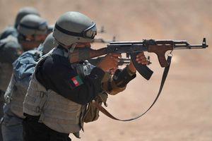 Tịch thu vũ khí Nga của Afghanistan: Béo Mỹ, lợi khủng bố?