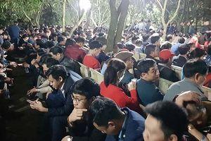Khai ấn đền Trần: Tái diễn cảnh đại biểu bị 'nhốt' ở gốc cây