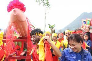 Lễ hội Ná Nhèm (Lạng Sơn): Chị em ngượng ngùng trước 'của quý' khủng nặng 60kg