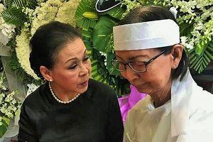 Khánh Ly nghẹn ngào đến viếng nhạc sĩ Nguyễn Văn Đông