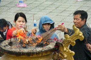 Thảnh thơi đi xin 'nước cam lồ' ở tượng đài Quan âm
