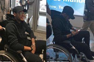 Neymar ngồi xe lăn trở lại Brazil