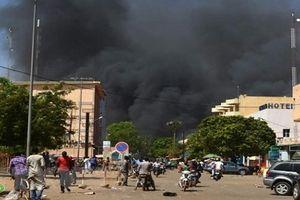 Đại sứ quán Pháp tại Tây Phi bị tấn công, gần 80 người thương vong