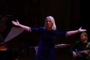 Khán giả say sưa hòa mình cùng danh ca Thụy Điển trong giai điệu của ABBA