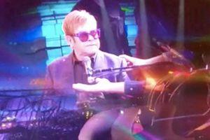 Elton John bỏ sân khấu khi liên tục bị khán giả đụng chạm