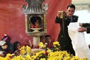 'Rắn thần' Quảng Bình suýt chết vì khói hương