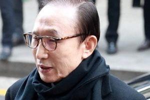 Tới lượt cựu Tổng thống Lee Myung-bak bị 'sờ gáy'