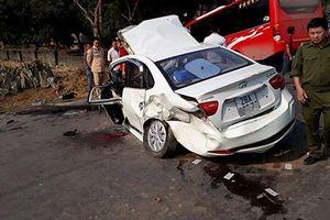 Xe khách và ô tô con đâm nhau kinh hoàng ở Hòa Bình